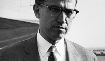 """Dr Jonas Edward Salk (cropped)"" von SAS Scandinavian Airlines - http://images.flysas.com. Lizenziert unter Public domain über Wikimedia Commons - http://commons.wikimedia.org/wiki/File:Dr_Jonas_Edward_Salk_(cropped).jpg#mediaviewer/File:Dr_Jonas_Edward_Salk_(cropped).jpg"